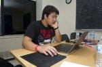 Chłopak przy laptopie